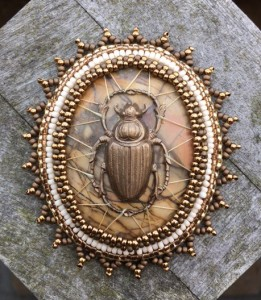 Broche Scarab in het Web new