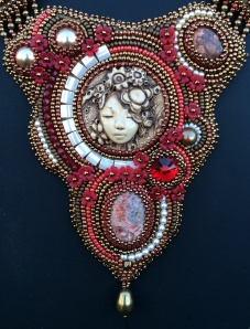 Ketting Lady in Red center