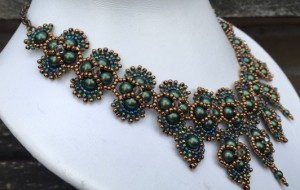 ketting-hindi-scarab-green-zijkant
